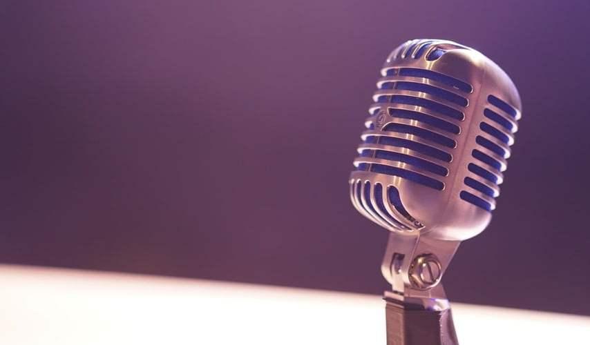 Ngobrol sama Mikrofon Podcast: Artis Pekok Nggak Usah Sok Bikin Podcast!