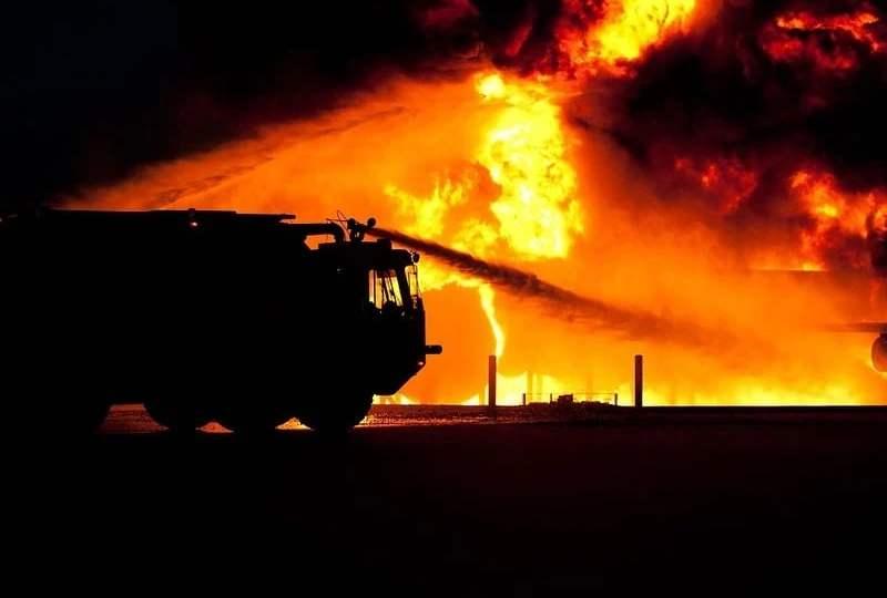 pelaku tersangka pembakar mobil via vallen kebakaran mojok.co
