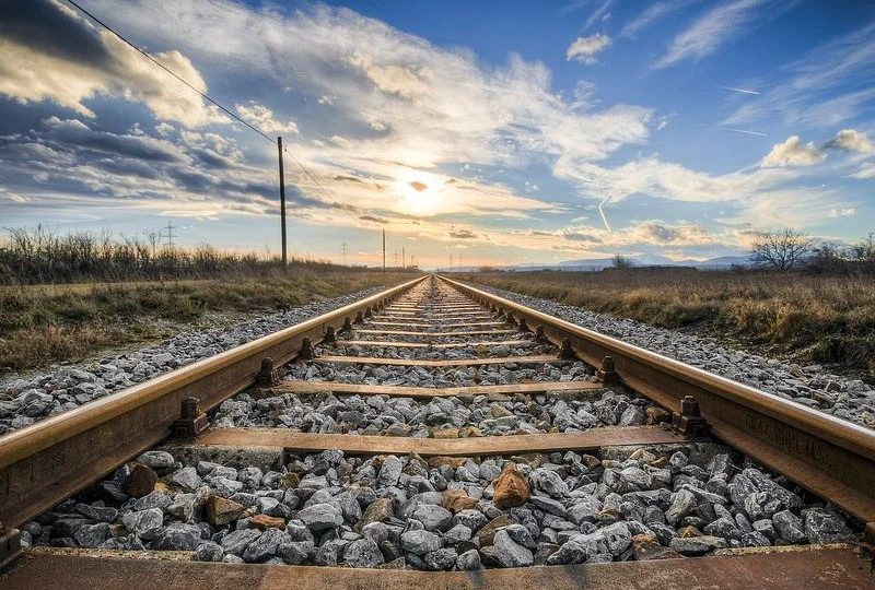 rel kereta api mojok