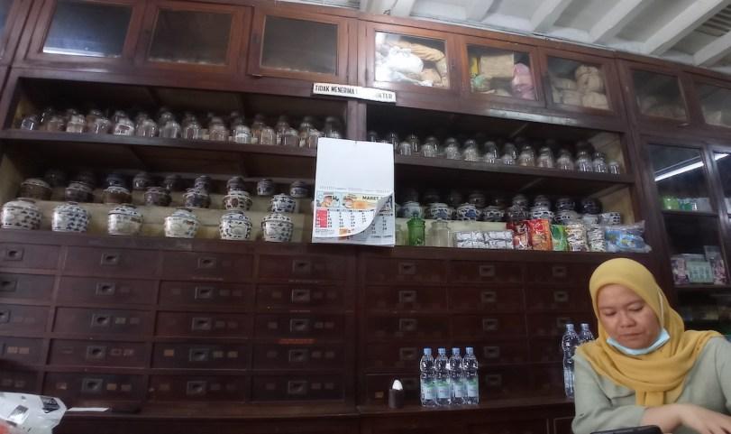 Deretan laci dan guci berisi obat herbal yang saat ini tidak lagi digunakan. Foto oleh Briggita Adelia.