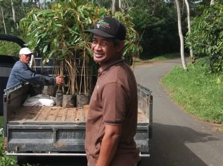 Irul menginspirasi warga di dusunnya untuk jualan bibit tanaman khususnya buah, dengan cara online. Foto dok Irul
