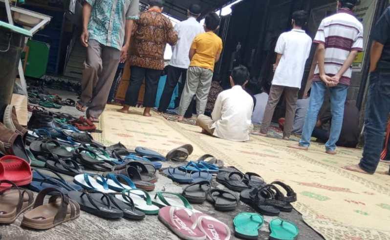 Sandal hilang di masjid jadi fenomena yang terus terjadi. Foto oleh Riyanto/Mojok.co
