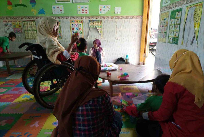 Tatik Isnaeni tengah mengajar di PAUD Inklusi yang dikelolanya. Foto oleh Nimatul Faizah/Mojok.co