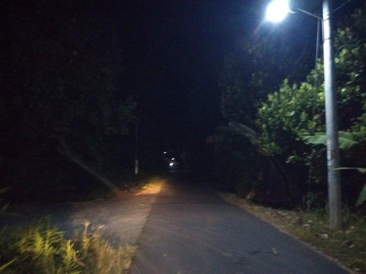 Sebuah jalan di dekat sekolah negeri di Yogya yang dikenal sebagai sekolah angker. Foto oleh Gusti Aditya/Mojok.co