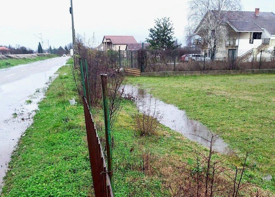 Kako se plac nosi sa padavinama? Drenaža, hidroizolacija i ograda...