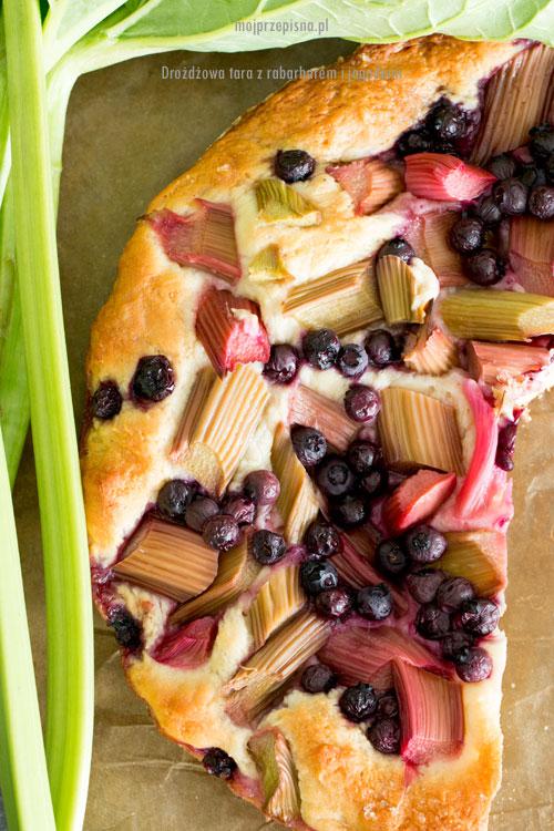 Drożdżowa tarta z rabarbarem i jagodami