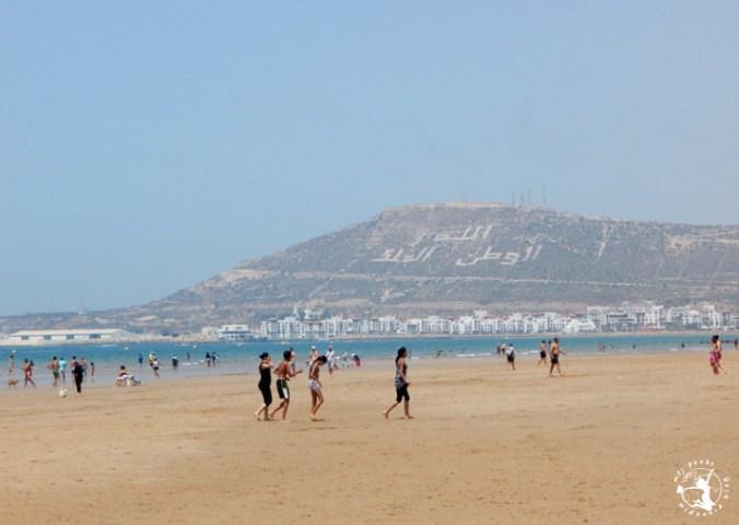 Mój Punkt Widzenia Blog - piaszczysta plaża i turyści na plaży w Agadirze