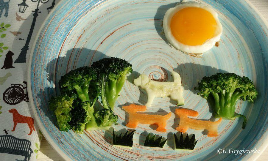 talerz z obrazkiem z warzyw pies słońca jamniki drzewa