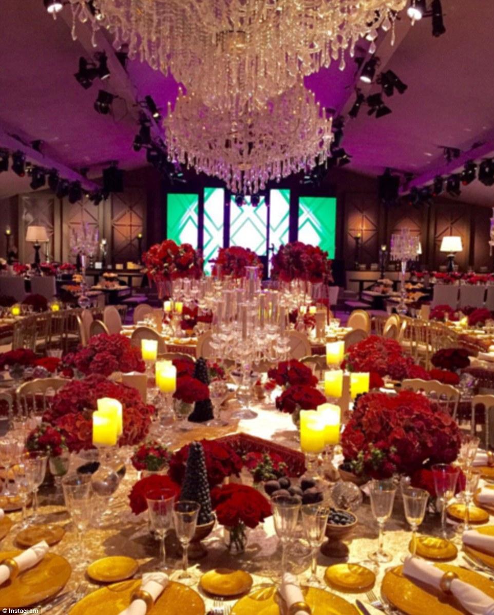 Chandelier: A configuração muito elegante para o jantar após a cerimônia no sábado (acima)