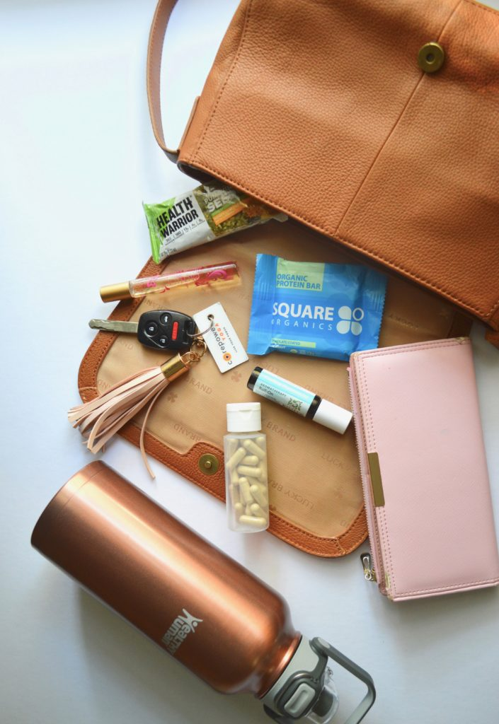from a nutritionist, the list of items to keep in your purse to stay healthy while on-the-go! | what's in my bag, what's in my purse