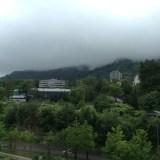 облака выплывают из горы