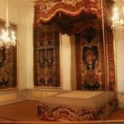 Кровать, узор выполнен из перьев