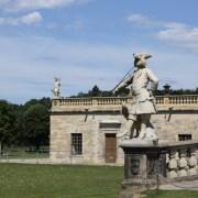 Одна из скульптур у входа в замок.