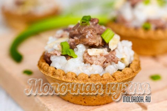 Salad with crackling liver in tartlets
