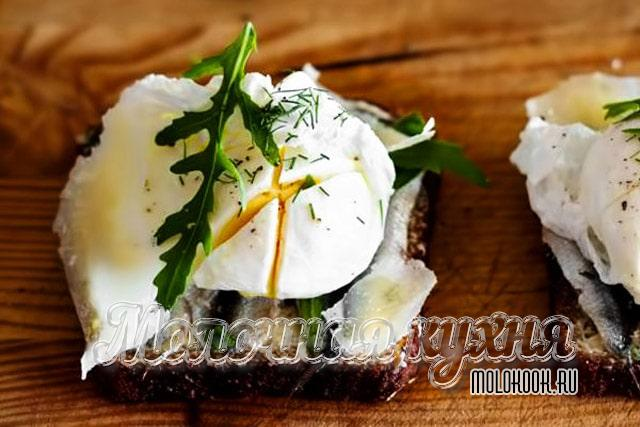 ساندویچ با Arugula و تخم مرغ پاشوتا
