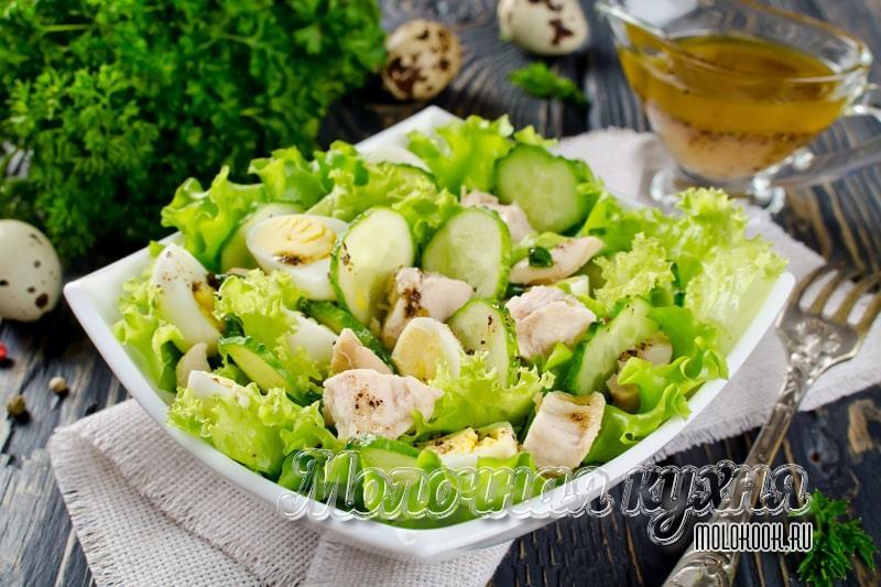 Una simple receta de ensalada sabrosa con hígado de bacalao.