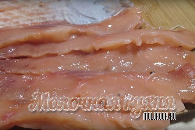 轻量级粉红色三文鱼在盐水中