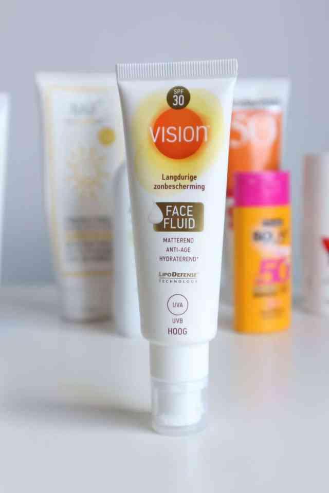 Draag je zonnebrandcrème onder of over je dagcrème? Vision face fluid SPF30 review momambition.nl
