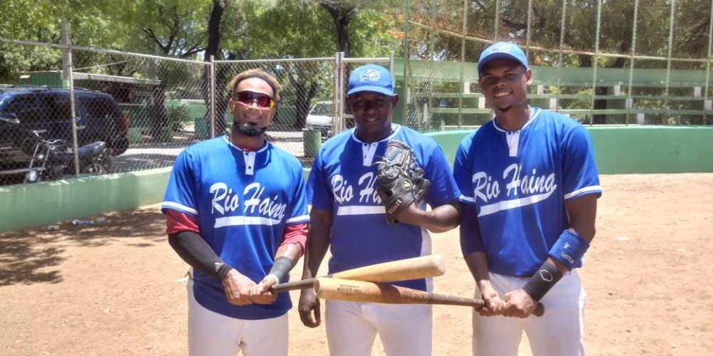 Gregory MuA+-oz, el lanzador Gabriel Herrera y Modesto MartA-nez, del conjunto de bA(C)isbol doble A de Haina