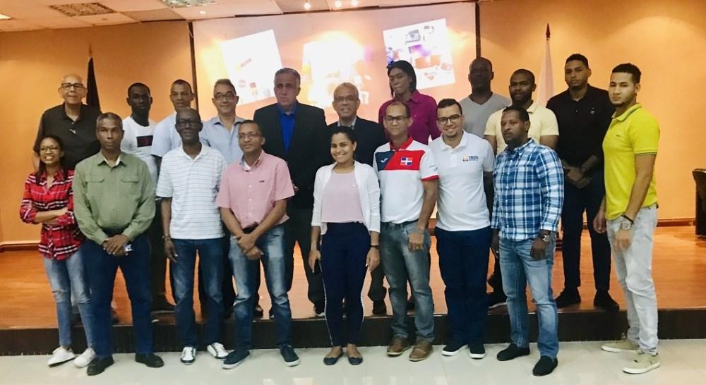 Participantes en el seminario Relaciones entre los Medios de Comunicación con las Organizaciones Deportivas, junto al presidente del COD, Luisín Mejía y Mario Emilio Guerrero, quien impartió el curso.