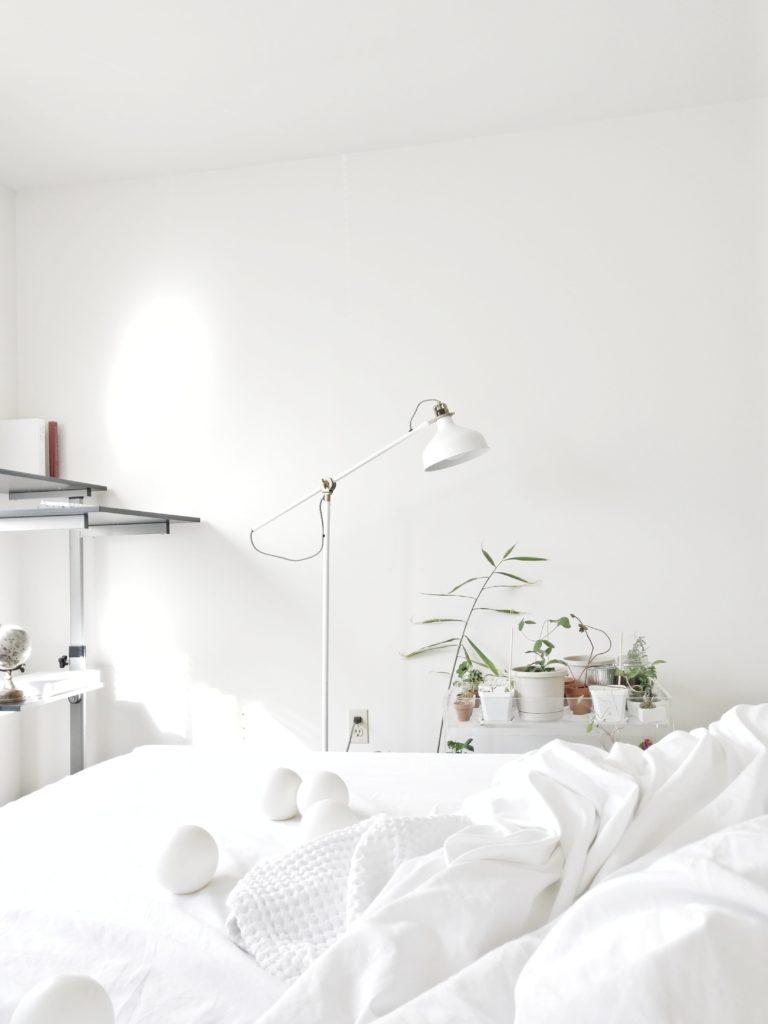 dormitorio minimalismo lampara blanca