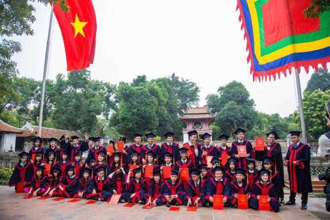 Hanoi-Temple of literature-students
