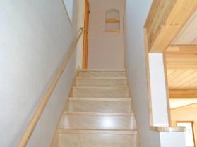 暗くなりがちな階段も明るく健康的に