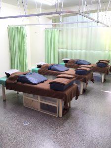 院内はすべてカーテンで仕切っておりますので、個室感覚で治療が受けられます。