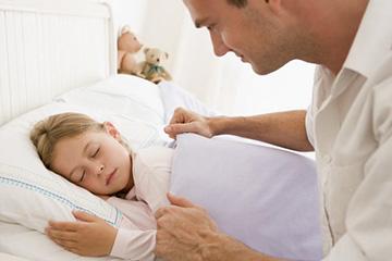 Papa stapte de dochter op om te slapen