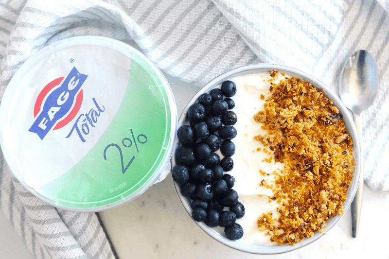 Looking for a breakfast yogurt bowl recipe? healthy Lifestyle Blogger Momma Fit lyndsey is sharing her favorite greek yogurt meal ideas