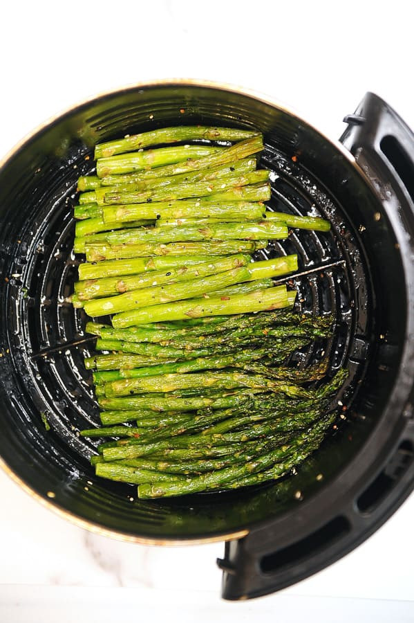 recipe for how to cook air fryer asparagus. tastes just like roasted asparagus that is crispy in less time. easy to make healthy vegetables in air fryer that are also keto