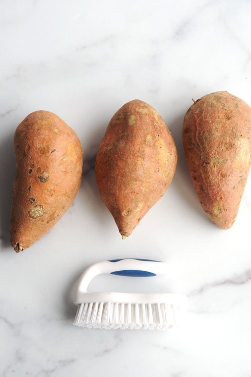 can i eat sweet potato skin? yes you can eat sweet potato skin that if properly cleaned with a food scrub brush. sweet potatoes have great nutrients in their skin.