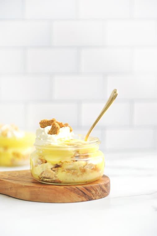 Banana Pudding in a Jar with just 3 ingredients! Mason jar banana pudding made with fresh bananas, vanilla pudding and graham crackers.