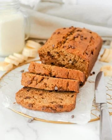 healthy chocolate chip banana bread recipe by Momma Fit Lyndsey. Made with greek yogurt, this moist banana bread is gluten free and easy to make. Check out the video to see how to make this delicious clean eating pumpkin bread with no refined sugar and delicious to be made as bread or muffins.