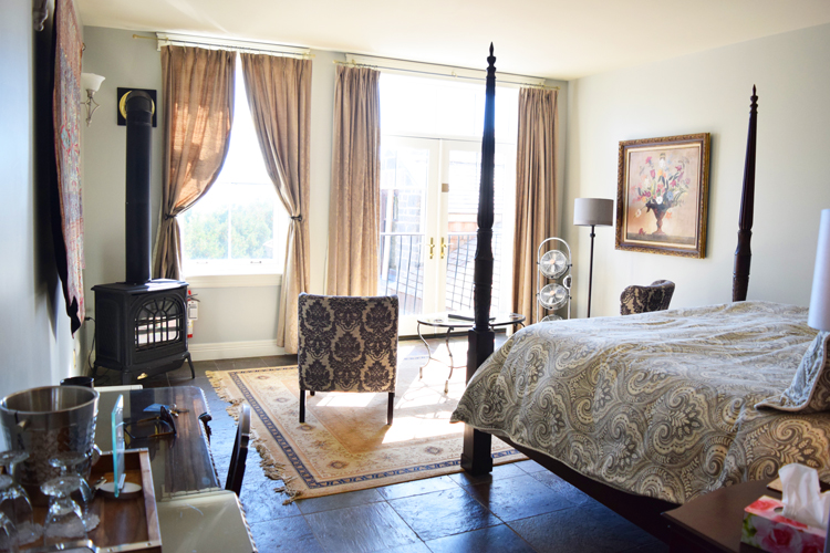 What are the Main Inn rooms like at Ste. Anne's Spa?