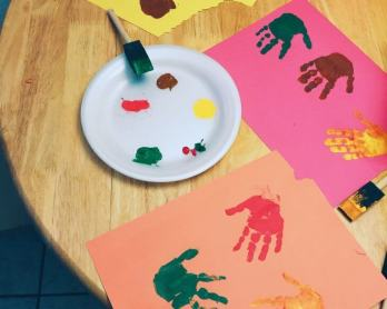 Turkey Handprint Hunt Game with kids' handprints #handprint #turkeyhandprint | mommygonetropical.com