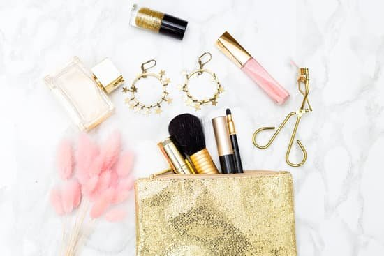 All you require in order to look drop-dead gorgeous is a good outfit, a little bit of make-up and some lightweight jewelry to complete your look.
