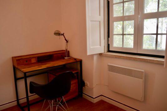シントラ・ブティック・ゲストハウスの机と椅子