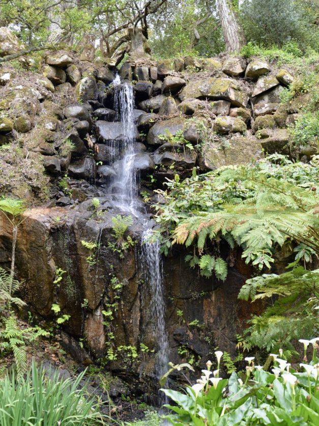 モンセラーテの庭園にある小さな滝