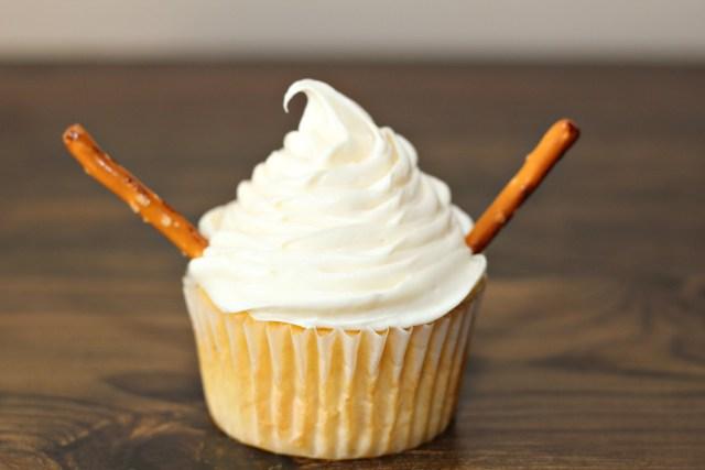 Easy Holiday Baking Snowman Cupcakes