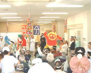 桃崎病院では、心身の健康保持や促進等のため、多様なレクリエーション活動を支援します。3階食堂にてせつぶんの会を催しました。