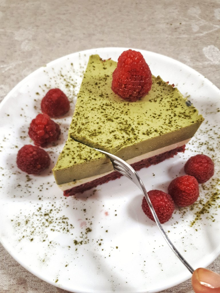 Christmas matcha mousse cake is agorgeous three-layer cake made with matcha and vanilla mousse, all on a keto red velvet cake. It´s totally a show stopper for yourholidays.#christmas #christmasdesserts