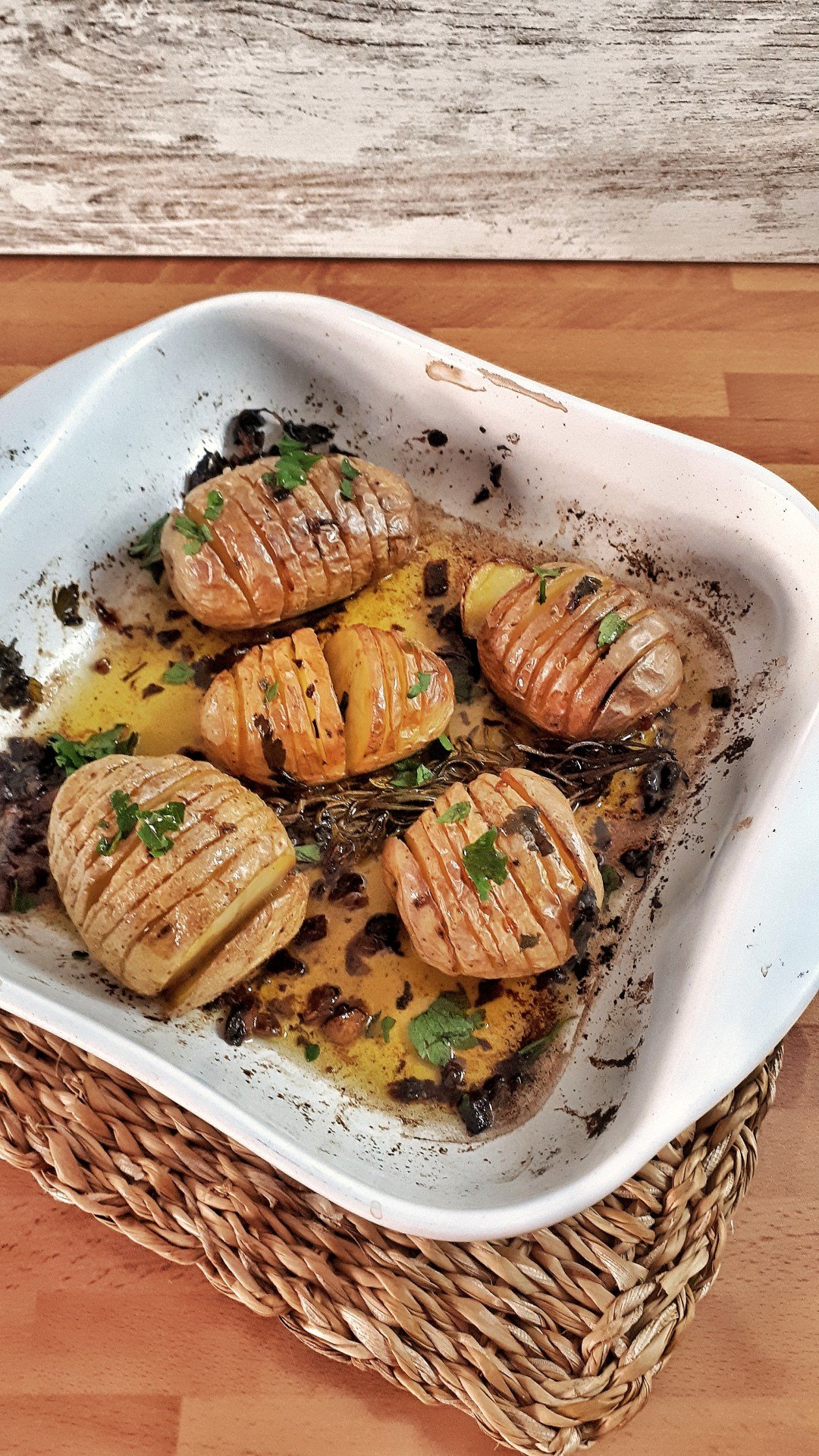 Garlic and rosemary oven roasted potatoes are crunchy on the top and soft on the inside. Easy and healthy side dish perfect to impress your guests.