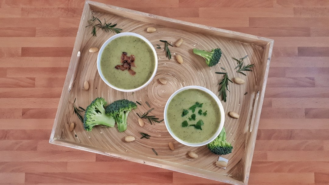 Creamy broccoli soup is a keto, paleo, and whole30 recipe that is healthy and flavorful. It´s shockingly easy and it's ready in just 30 minutes.