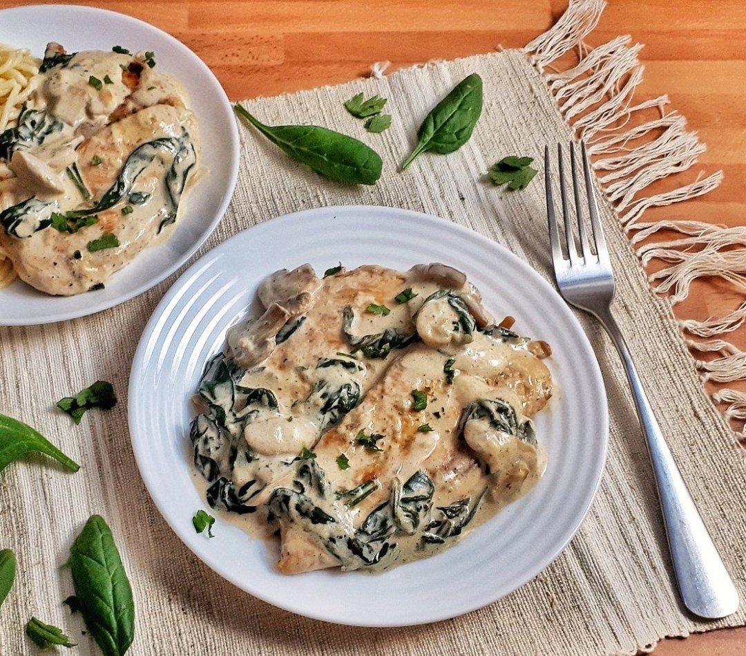 This creamy Parmesan mushroom chicken is an easy and healthy recipe that's ready in 30 minutes. It´s also Low Carb and Keto-Friendly!