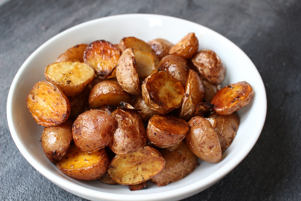 Smoked Paprika Roasted Potatoes make an easy and colorful side dish packed with tons of flavor and few ingredients.