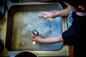 10 erreurs de débutant en écologie - mon alter éco - vaisselle à la main plus écologique que le lave-vaisselle