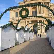 Les allées encore fermées du Marché de Noël des Invalides
