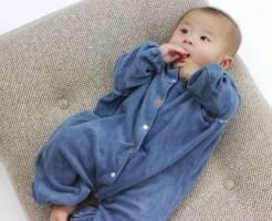 赤ちゃんに服を着せよう