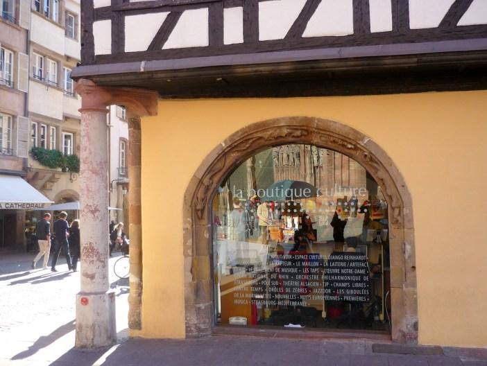 La pharmacie du Cerf et le fameux pilier © French Moments